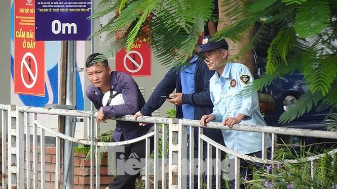Người dân đứng theo dõi các cần thủ buông câu ở 1 đoạn sông Tô Lịch.