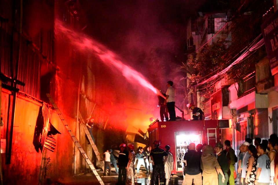 Cháy dữ dội tại Nhà máy phích nước Rạng Đông.