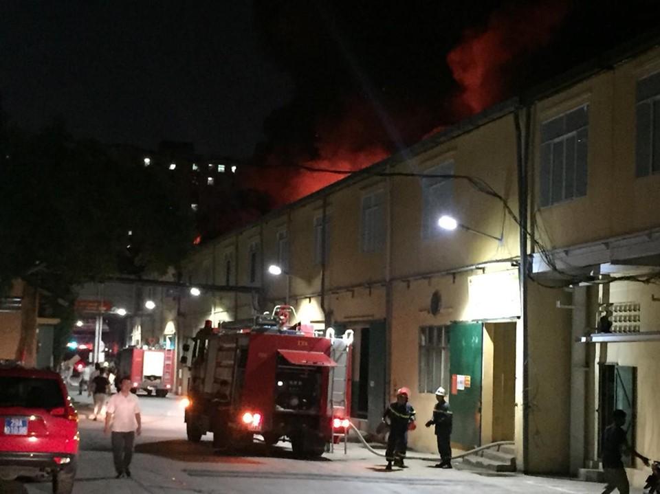 Xe cứu hỏa có mặt tại hiện trường dập lửa.