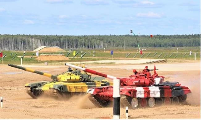 Xe tăng Việt Nam (đỏ) đua tốc độ với Tajikistan. Ảnh: QĐND.