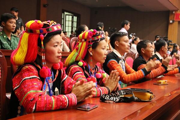 Đông đảo nhân dân các dân tộc tham dự lễ khai mạc.