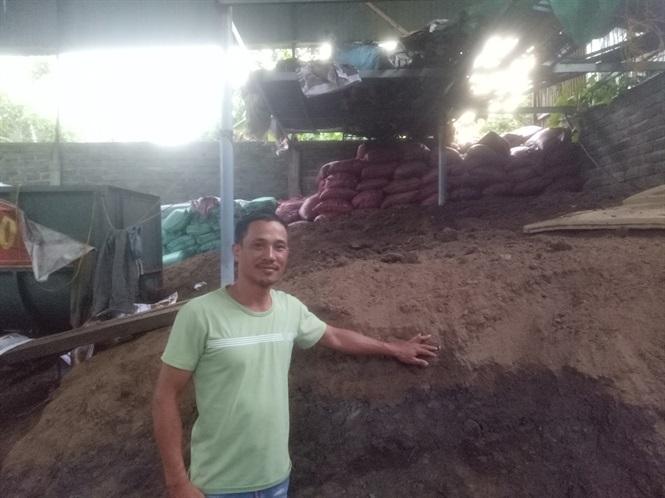 Anh Duy giới thiệu mô hình sản xuất đất sạch.