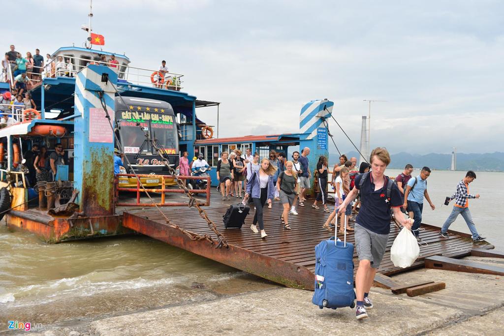 Chiều 1/8, hàng nghìn du khách tập trung đi qua phà Bến Gót vào đất liền. Tới 17h, bến phà dừng hoạt động đến khi cơn bão đi qua.