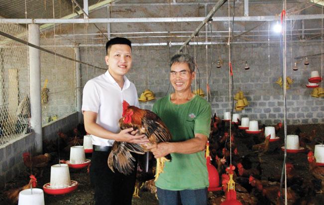 Ông Vũ Thắng (bên phải) được cán bộ tín dụng ngân hàng Agribank chi nhánh huyện Vĩnh Linh đến thăm, động viên sản xuất.
