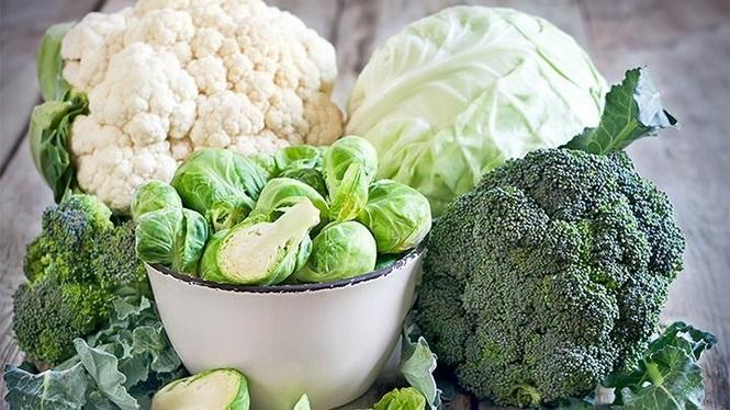 Rau họ cải bao gồm cải bắp, bông cải xanh, su hào và súp lơ xanh. Chúng rất giàu chất chống oxy hóa, giúp loại bỏ các chất độc và giải độc cho phổi. Hãy ăn các loại rau này dưới dạng salad để tận thu những lợi ích tuyệt vời từ chúng. Ảnh minh họa: Internet
