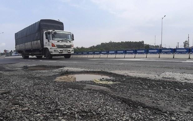 """Cao tốc Đà Nẵng - Quảng Ngãi có ổ gà, VEC đổ lỗi """"ông Trời""""?"""