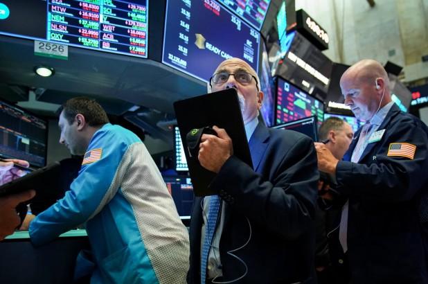 Chứng khoán Mỹ giảm mạnh, Dow Jones bay 730 điểm khi một số bang thiết lập lại hạn chế kiểm dịch - Ảnh 1.