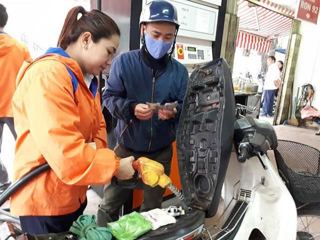 Giá xăng dầu tiếp tục giảm mạnh hơn 2.000 đồng/lít - Ảnh 1.