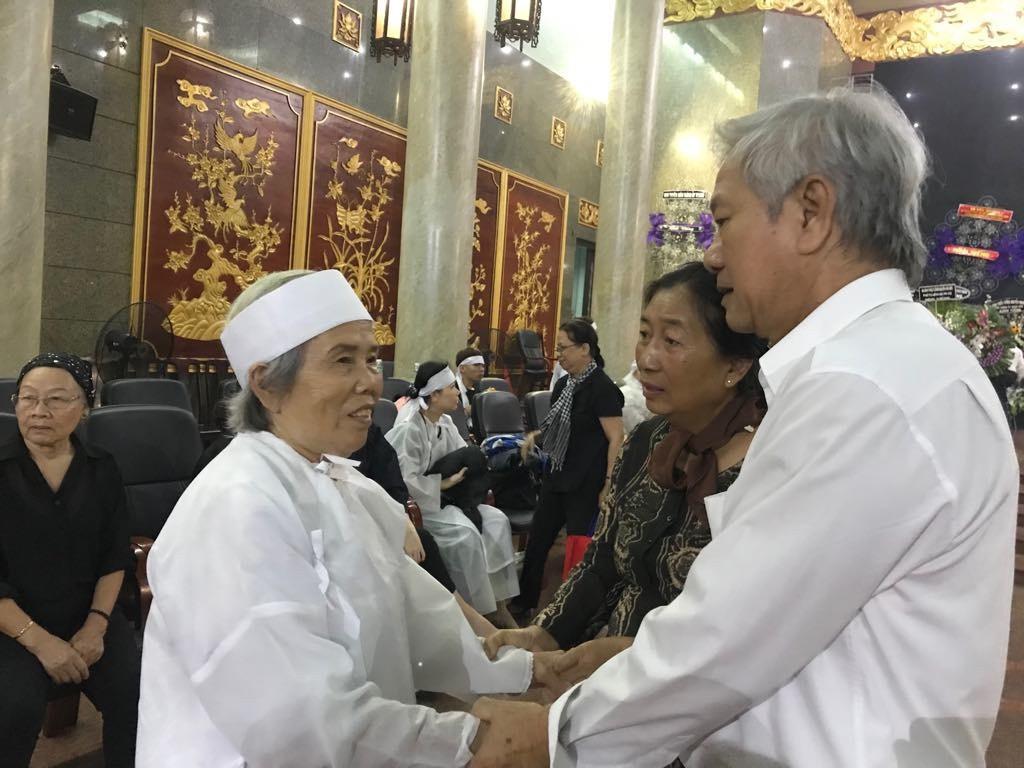 Người dân đến chia buồn và tiễn Anh hùng phi công Nguyễn Văn Bảy
