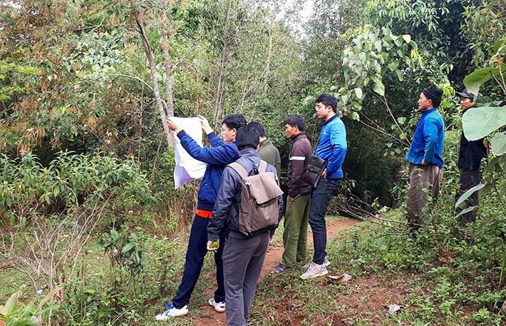 Cán bộ phòng Tài nguyên Môi trường huyện Nậm Pồ cùng các cơ quan chuyên môn tiến hành giao đất, giao rừng tại thực địa cho các thôn bản