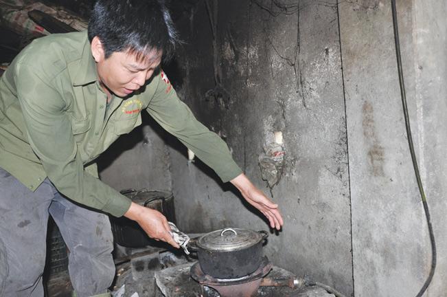 Gia đình ông Miền xử lý phân thải chăn nuôi thành chất đốt phục vụ gia đình.