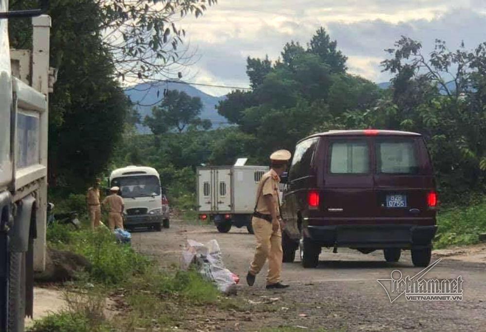 Lực lượng CSGT được huy động bảo vệ hiện trường vòng ngoài vụ bắt giữ.