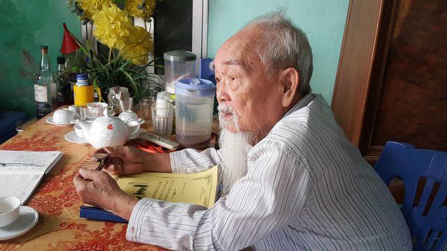 Nhà giáo về hưu Đặng Đình Thiêm bên cuốn bản thảo viết về văn hóa, phong tục xưa của địa phương.