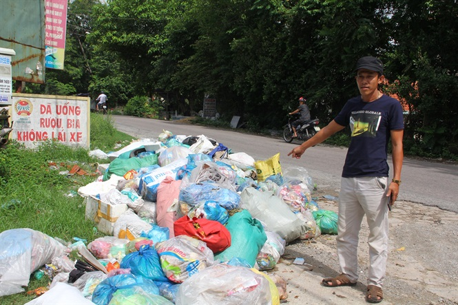 Nhiều ngày không có xe đến thu gom xử lý khiến cho lượng rác ùn ứ, chất thành đống.