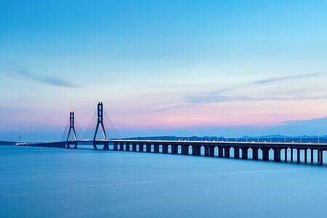 Cây cầu bắc ngang qua hồ Bà Dương.
