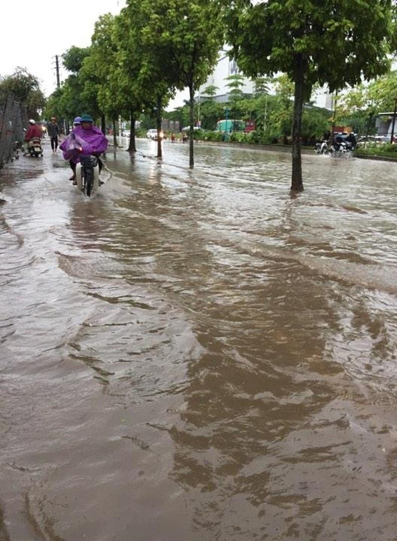Ngập tại khu vực Aeon Mall quận Long Biên, Hà Nội. (Ảnh: Chí Hiếu)