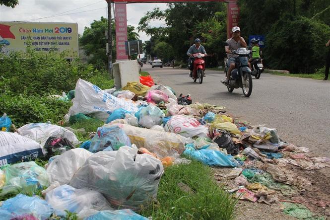 Người dân lo ngại việc rác ùn ứ sẽ gây ô nhiễm môi trường, ảnh hưởng đến sức khỏe.