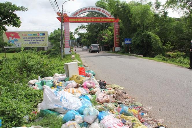 Tình trạng rác thải tập kết dọc trên các tuyến đường liên huyện, quốc lộ ở Quảng Nam đã diễn ra hơn nửa tháng nay.