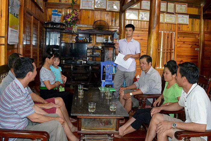 Ông Lê Ngọc Sơn, Phó Chủ tịch Hội Nông dân huyện Tuần Giáo trao đổi với cán bộ, hội viên nông dân xã Quài Tở.