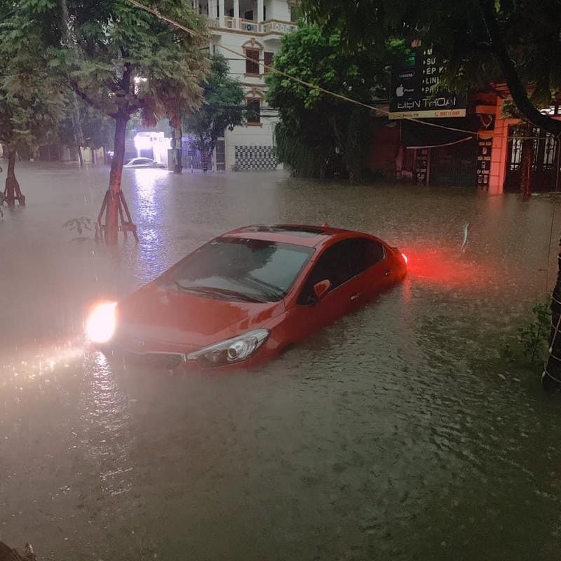 Ô tô ngập sâu trong nước, không thể di chuyển tại Thái Nguyên. (Ảnh: Hoàng Dũng Trí)