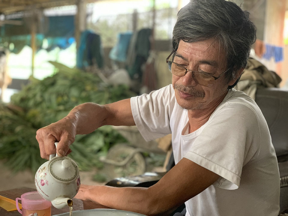 Bên ấm trà, ông Dậu khoe mỗi năm gia đình ông lãi 400-500 triệu đồng nhờ con bò sữa.