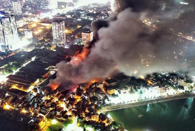 Vụ cháy nhà xưởng Cty Rạng Đông tiếp tục gây băn khoăn vì mỗi cơ quan nói một kiểu về chất lượng môi trường quanh khu vực.