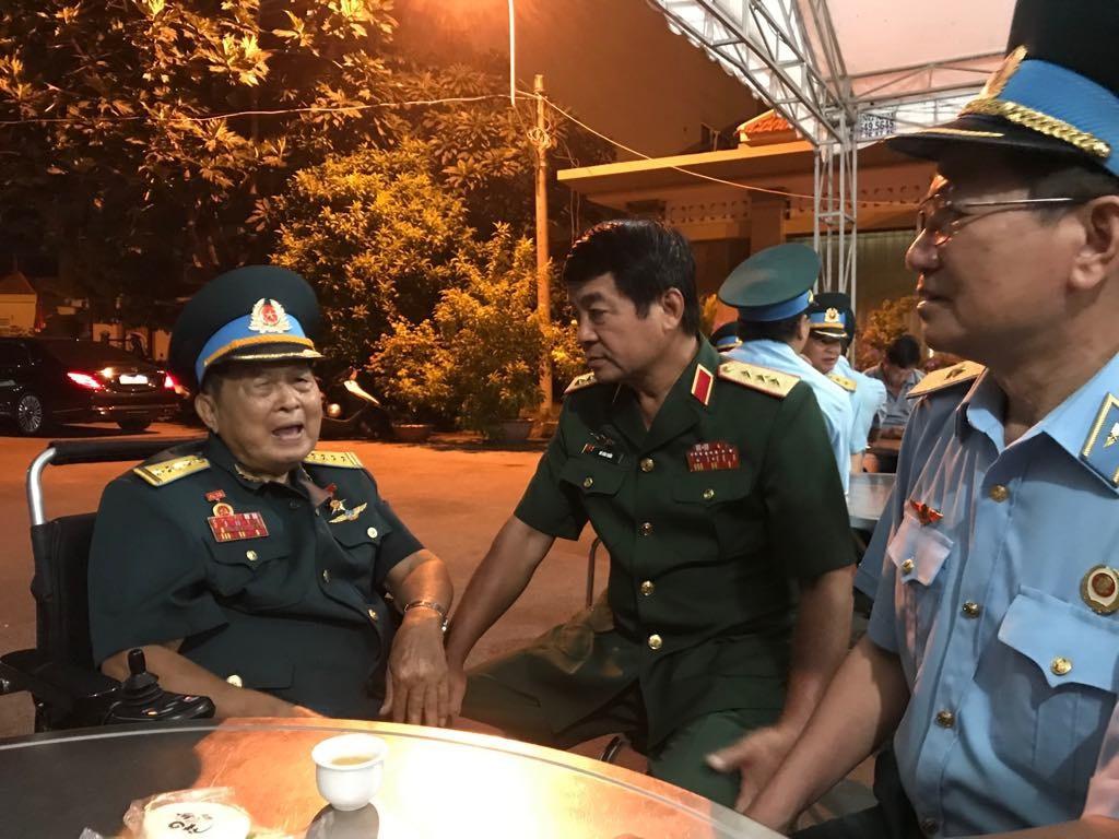 Tướng lĩnh quân đội đến sớm để tiễn Anh hùng phi công Nguyễn Văn Bảy.