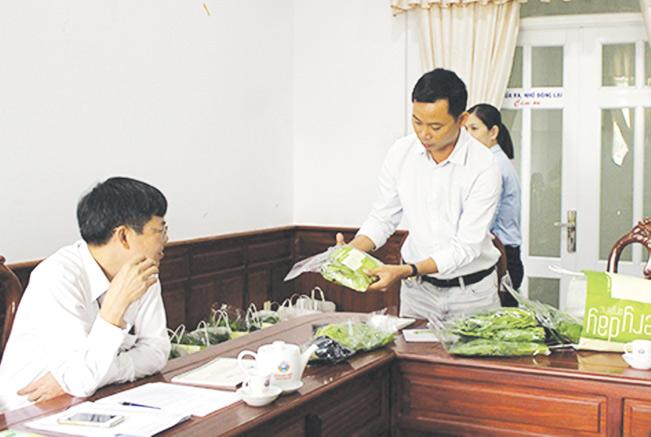 Ông Phạm Hữu Thời (người đứng) trong buổi giới thiệu sản phẩm tới đối tác.