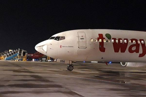 Phần mũi máy bay 737 thực hiện chuyến bay TW 123 từ Seoul (Hàn Quốc) đến TP.HCM bị móp.