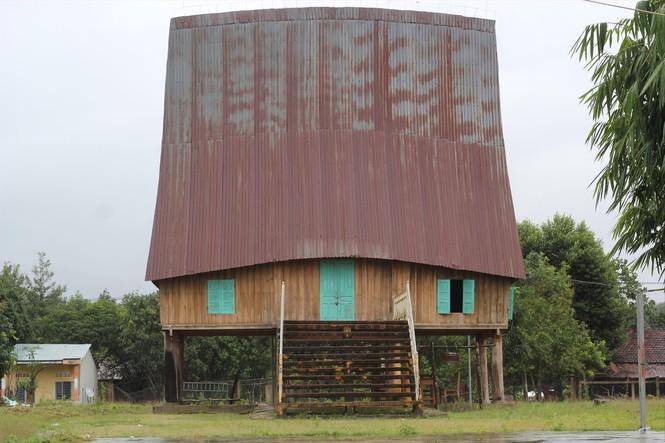 Nhà rông làng Le nơi để Yang Plút.