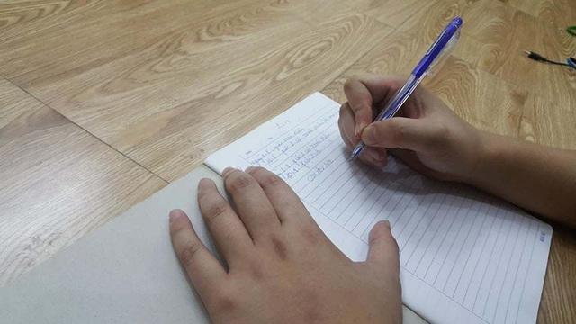 Tay còn yếu nhưng Thành rất chăm chỉ luyện tập cầm bút.