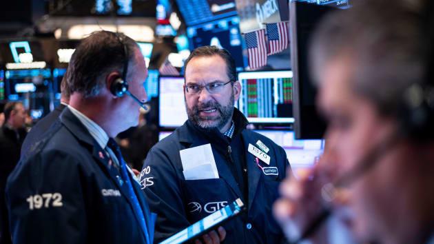 Phố Wall tăng điểm, S&P 500 có lúc vượt đỉnh lịch sử tháng 2 - Ảnh 1.