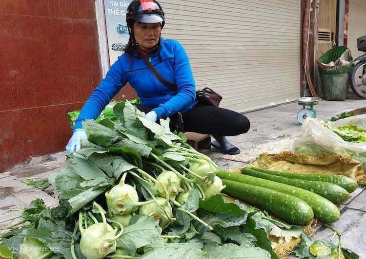 Giá rau xanh tăng vọt sau hai ngày mưa rét - Ảnh 1.
