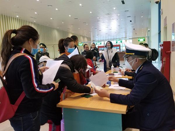 Lạng Sơn: Dịch conora khách xuất nhập cảnh qua cửa khẩu quốc tế Hữu Nghị giảm mạnh  - Ảnh 2.