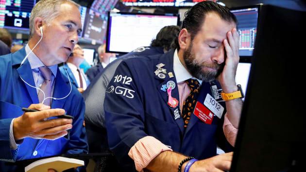 Dow Jones bốc hơi 970 điểm khi quan chức Mỹ cảnh báo viễn cảnh tồi tệ của dịch Covid-19 - Ảnh 1.