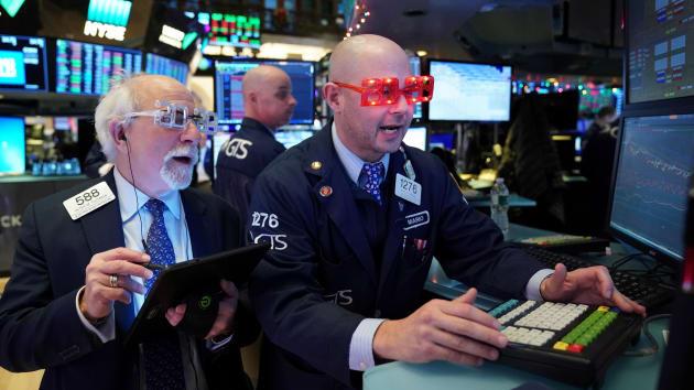 Dow Jones tăng 350 điểm khi Mỹ khôi phục dần hoạt động kinh tế - Ảnh 1.