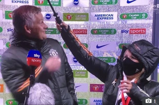 Solskjaer tươi cười phỏng vấn khi được che ô