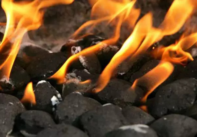 Khoa học chứng minh vì sao chúng ta chỉ nên dùng than củi để quạt bún chả - Ảnh 2.