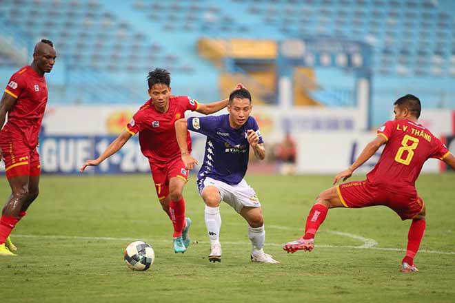 Thanh Hóa (áo đỏ) đã thành công với hệ thống phòng ngự số đông, phá lối chơi của Hà Nội FC. Ảnh: 24h