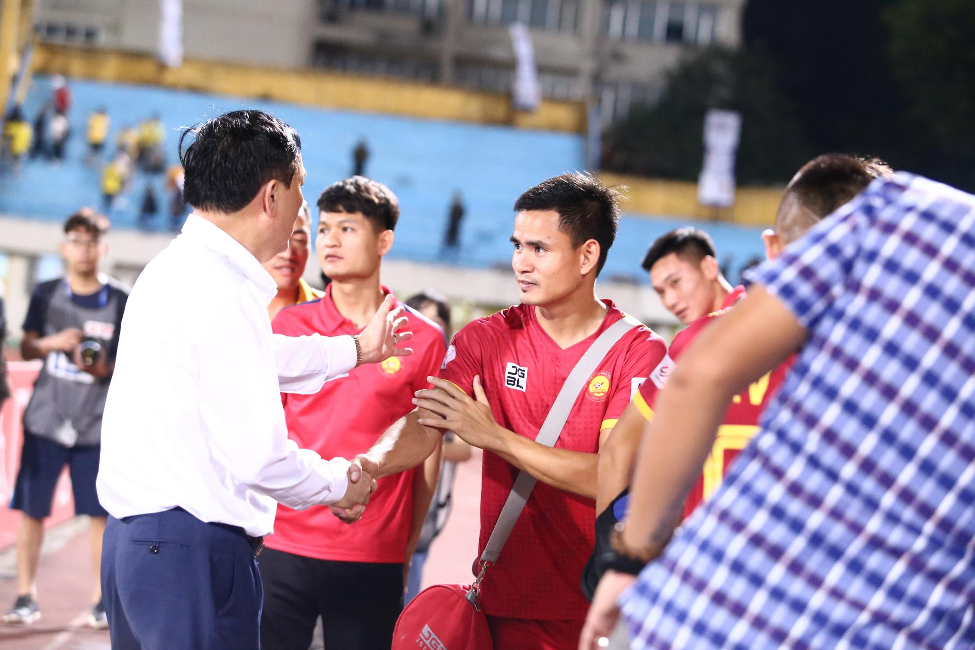 Cha con bầu Hiển gặp riêng BHL Hà Nội FC sau trận hòa tiếc nuối - Ảnh 6.