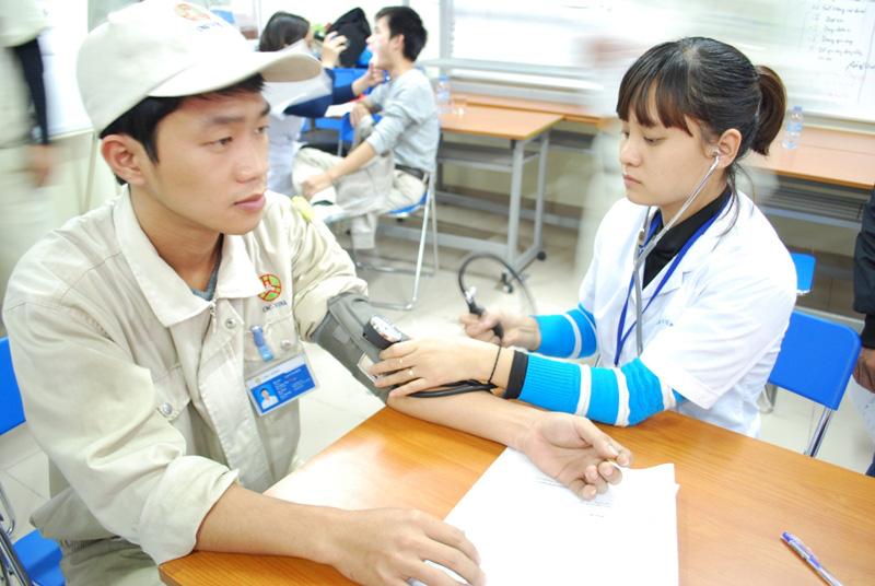 Doanh nghiệp có phải cho nhân viên khám sức khỏe định kỳ? - Ảnh 1.