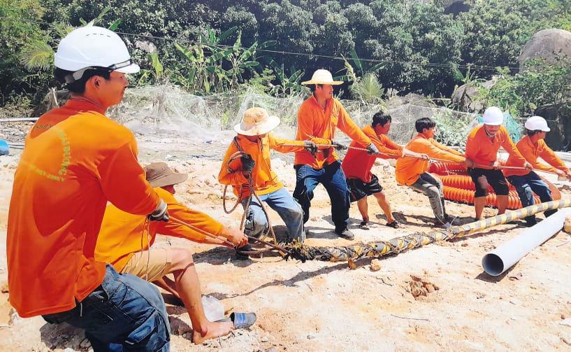 Chính thức cấp điện bằng cáp ngầm xuyên biển cho dân đảo Cù Lao Xanh - Ảnh 1.