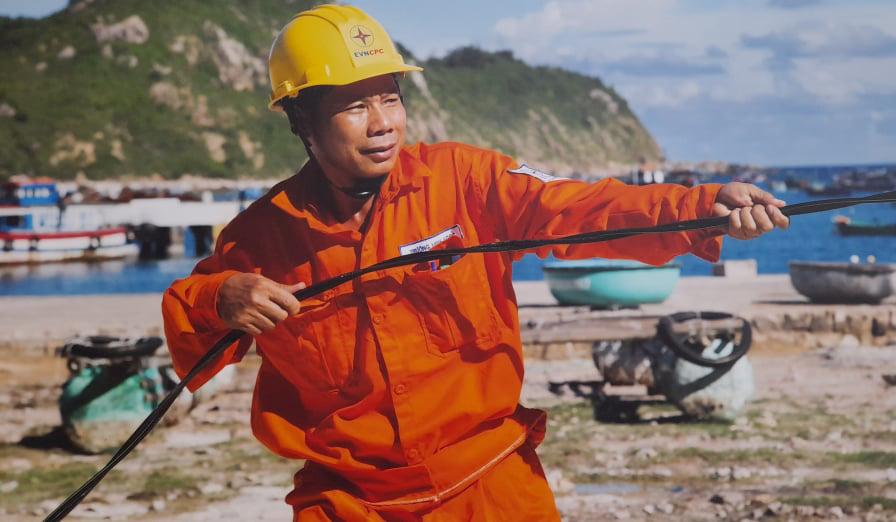 Chính thức cấp điện bằng cáp ngầm xuyên biển cho dân đảo Cù Lao Xanh - Ảnh 4.