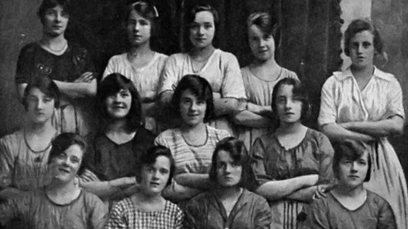 Phát hiện điều kỳ lạ trong bức ảnh năm 1900 khiến cư dân mạng sợ hãi - Ảnh 1.