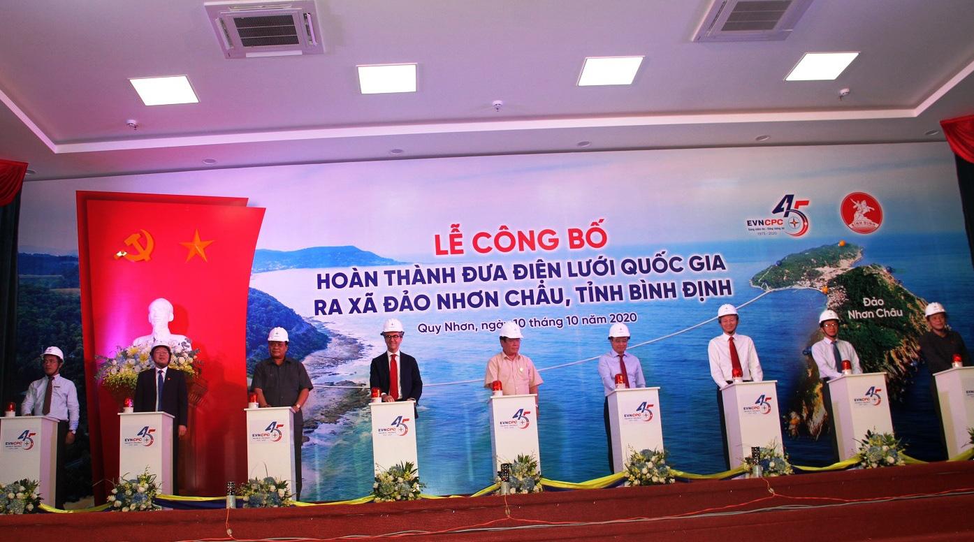Chính thức cấp điện bằng cáp ngầm xuyên biển cho dân đảo Cù Lao Xanh - Ảnh 6.