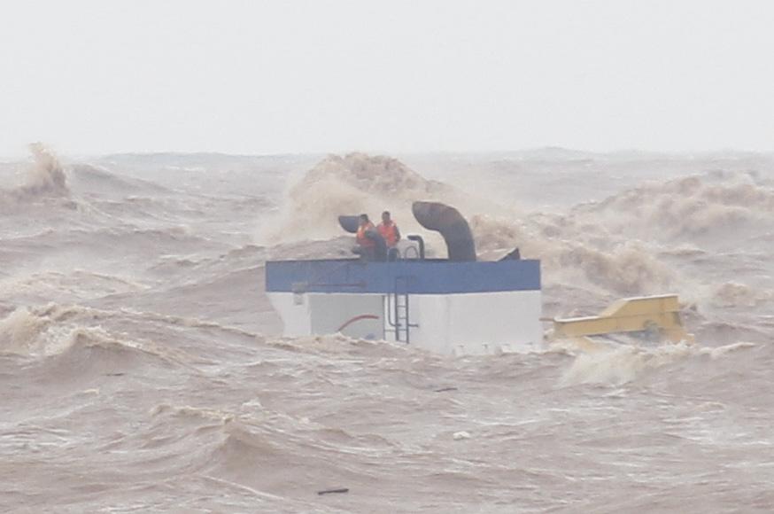 Quảng Trị: 2 trong 8 người mắc kẹt trên tàu chìm bị thương nặng - Ảnh 2.