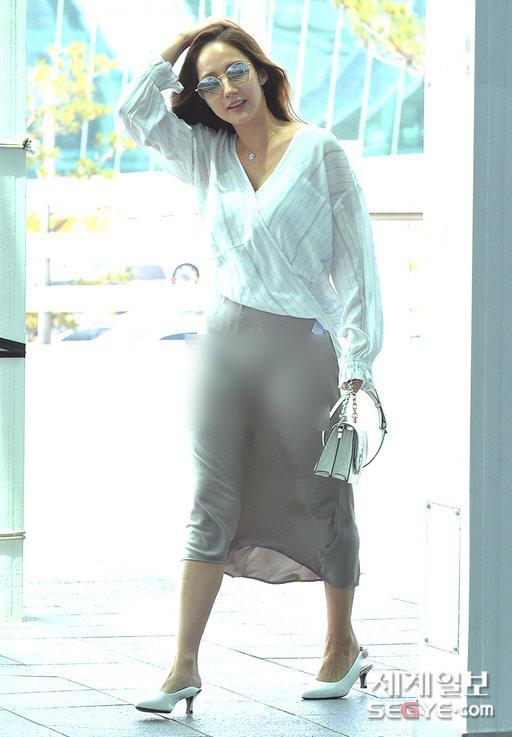 Vướng ngay vết xe đổ của Park Min Young, Midu bị mất điểm duyên dáng với váy lụa mỏng manh ngay trên sân khấu - Ảnh 9.