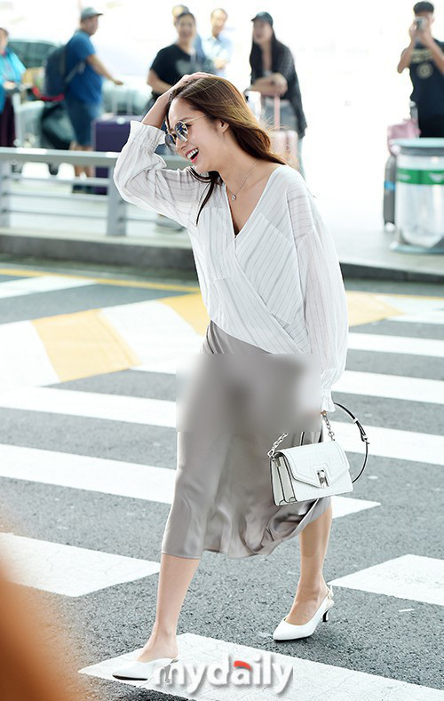 Vướng ngay vết xe đổ của Park Min Young, Midu bị mất điểm duyên dáng với váy lụa mỏng manh ngay trên sân khấu - Ảnh 10.