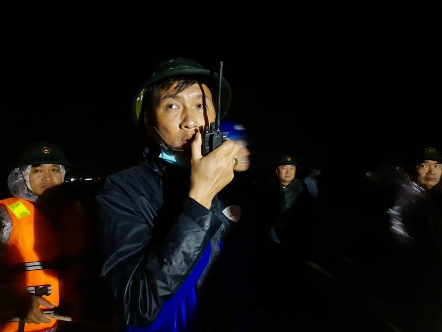 Cứu 9 người trên tàu chìm ở Quảng Trị: Trực thăng quần thảo rồi thả dây và cơ hội vào 10h tối nay - Ảnh 3.