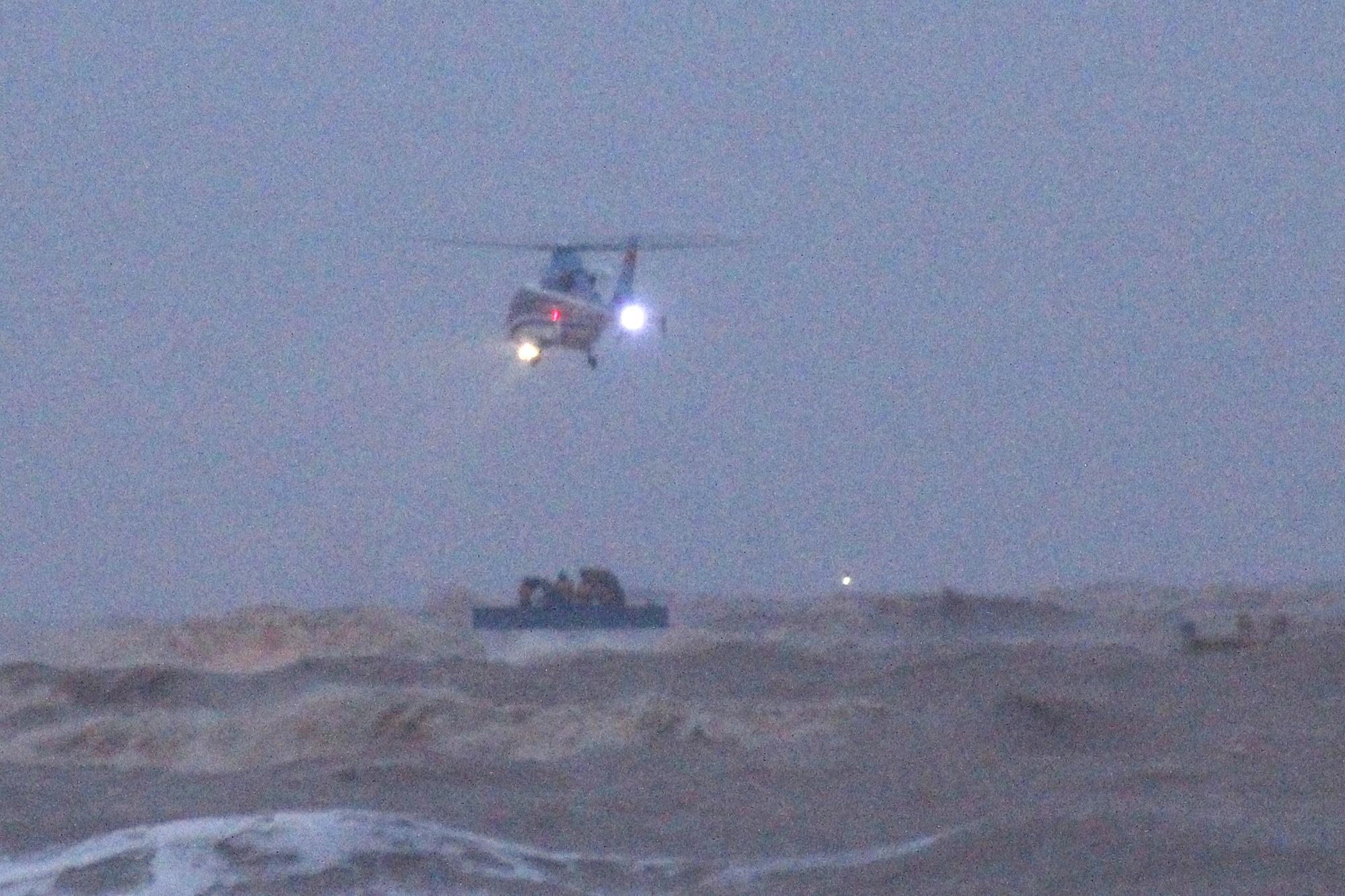 Cứu 9 người trên tàu chìm ở Quảng Trị: Trực thăng quần thảo rồi thả dây và cơ hội vào 10h tối nay - Ảnh 1.